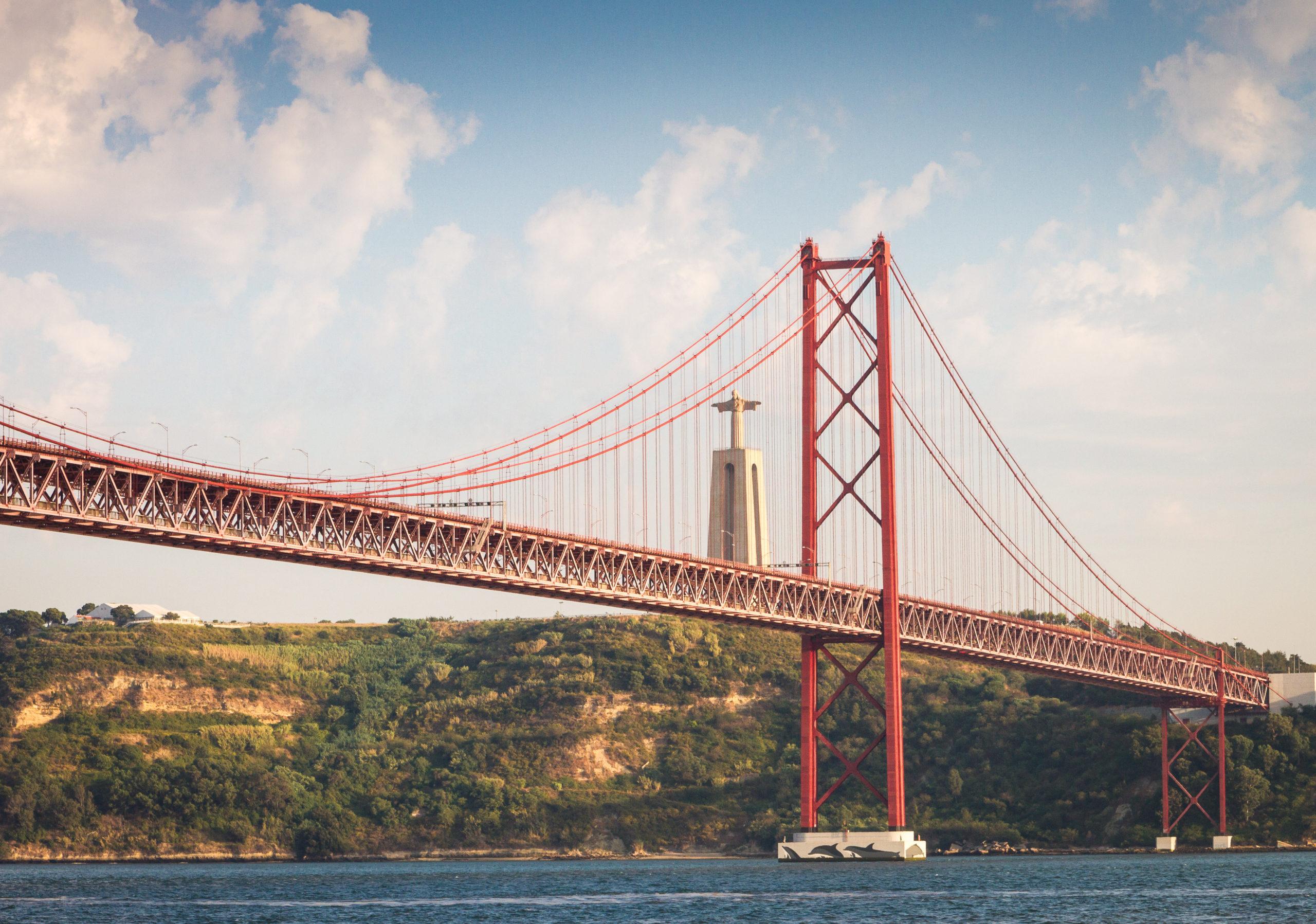 центре сюжета с какого места фотографировать мост в лиссабоне читал сценарии последнего