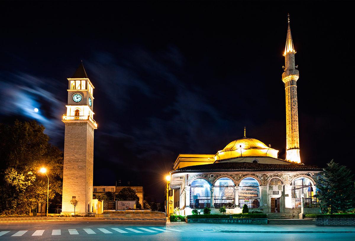 Древнейшее сооружение на площади Скандербега - Мечеть Эфем Бея