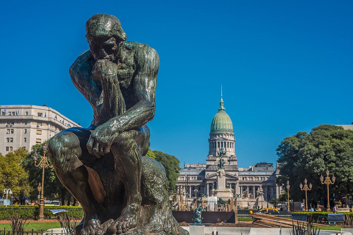 Мыслитель - скульптура на Площади Конгресса