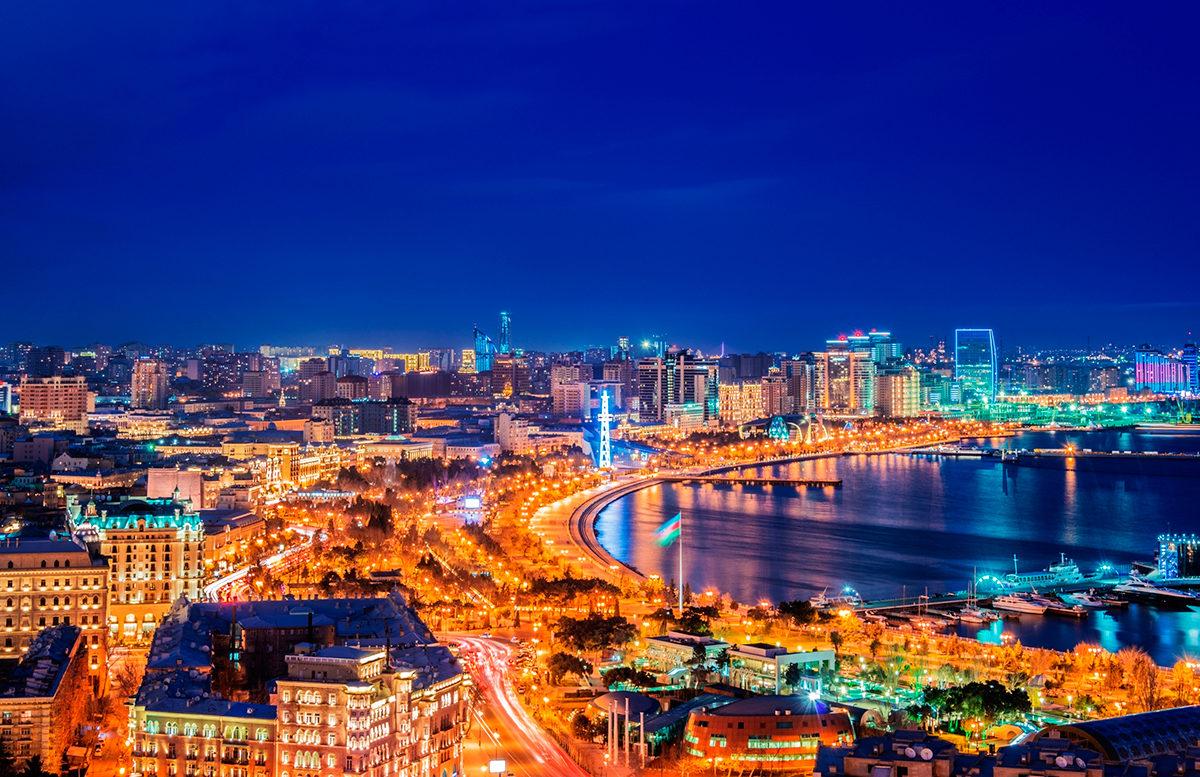 Яркий Баку и ночью