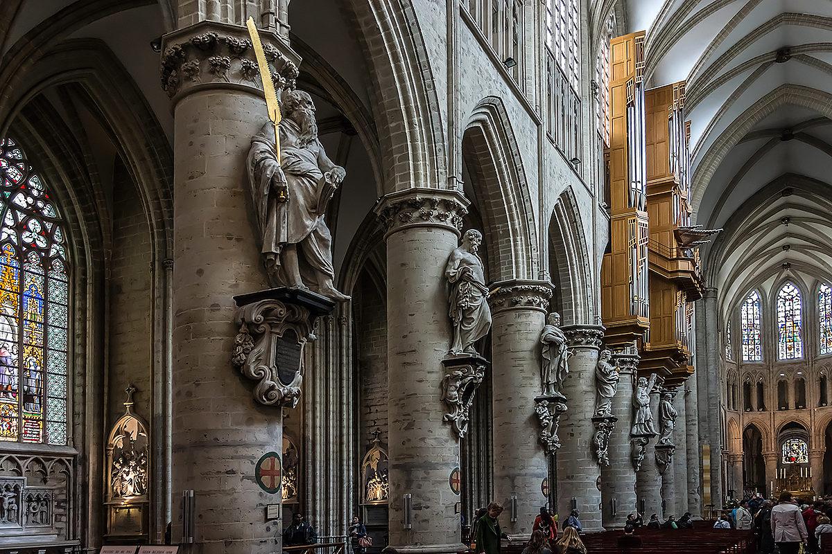 Колонны и статуи собора