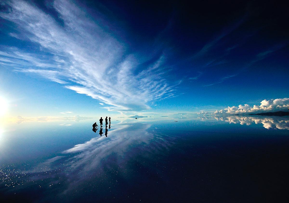 Отражение неба в соляном озере, солончак Уюни, Боливия