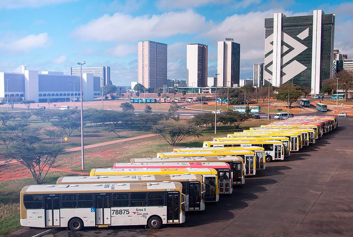 Ряд автобусов на центральной станции, Бразилиа