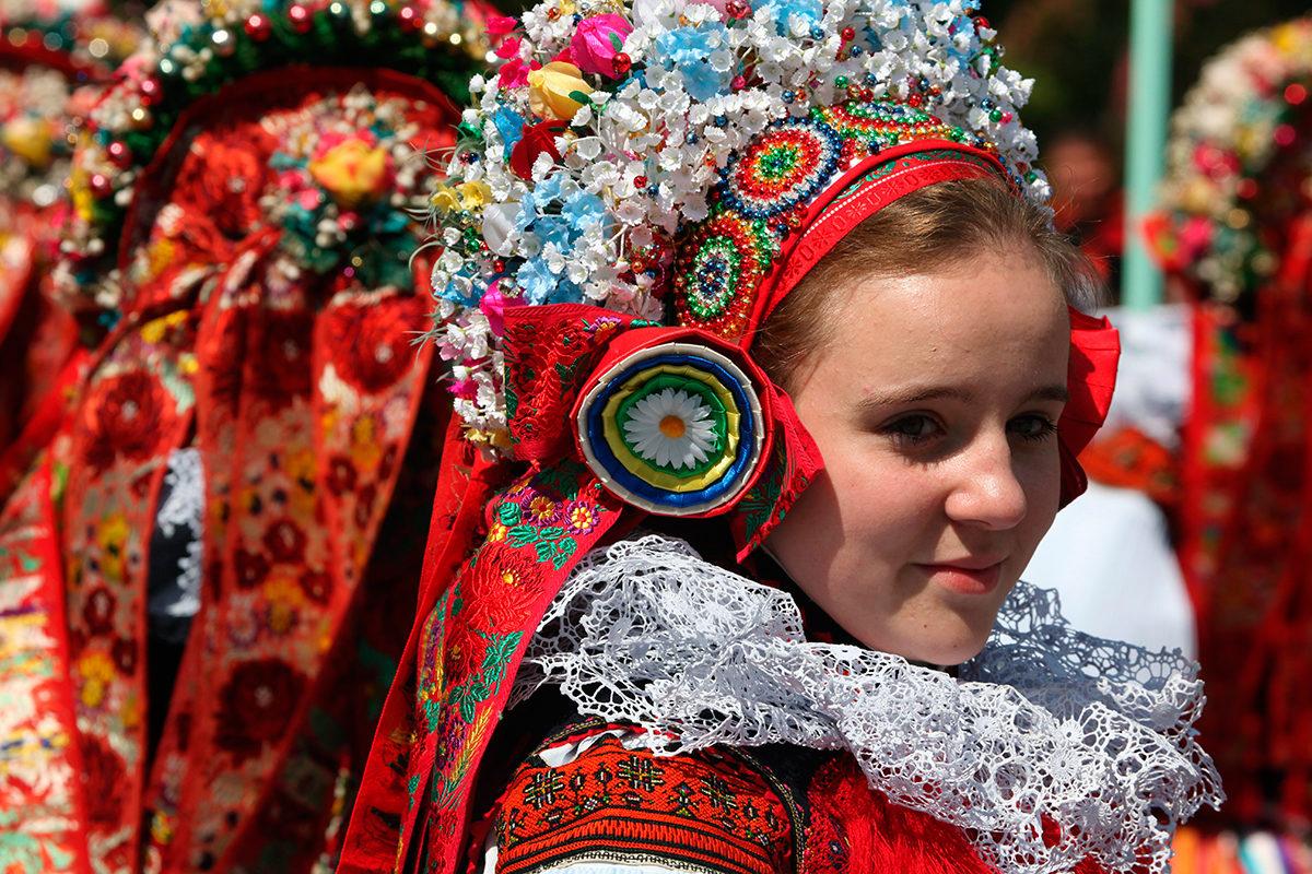 Девушка в традиционном моравийском костюме на фольклорном фестивале в Влнчнове