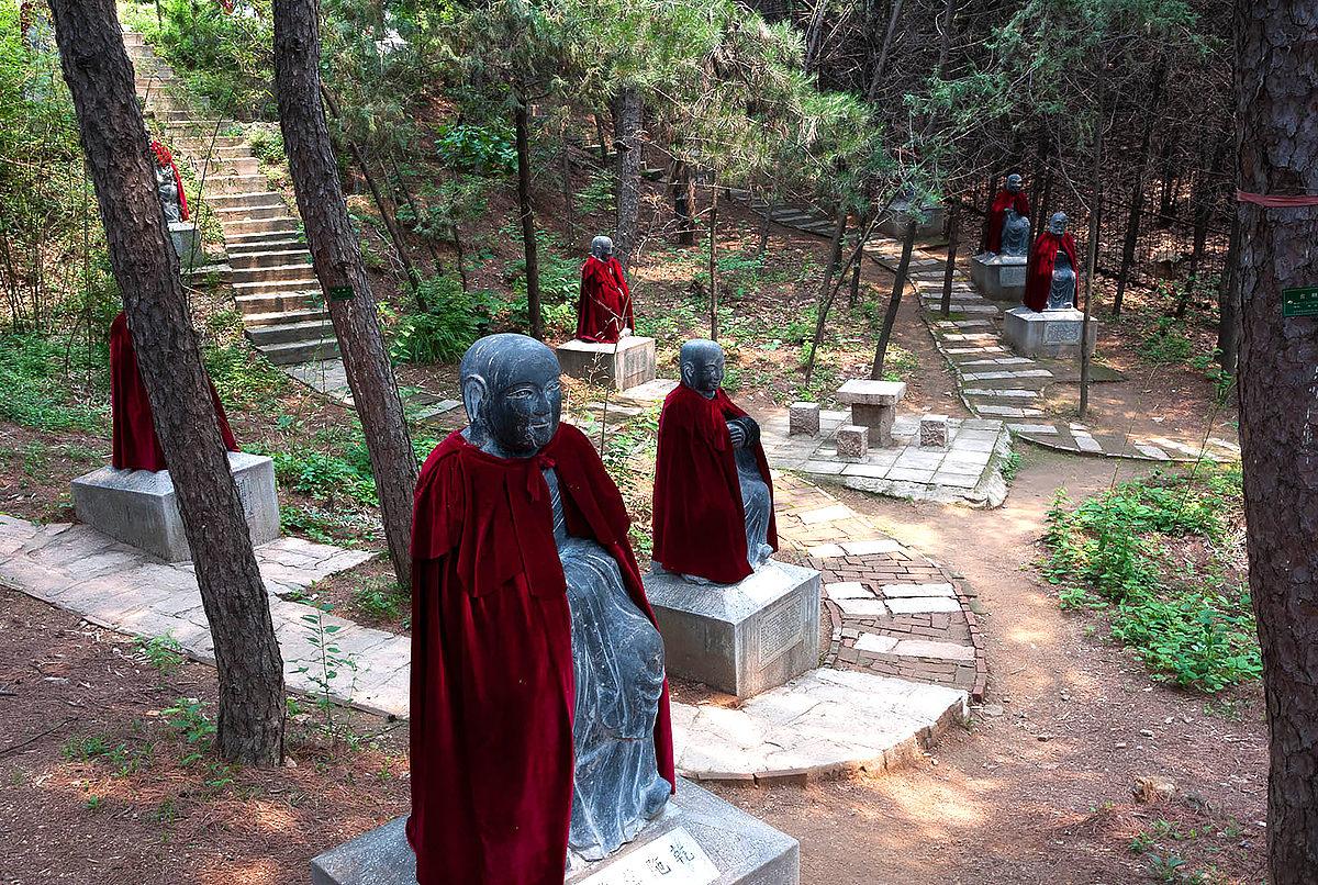 Прилегающая территория Храма Хунло с лесом