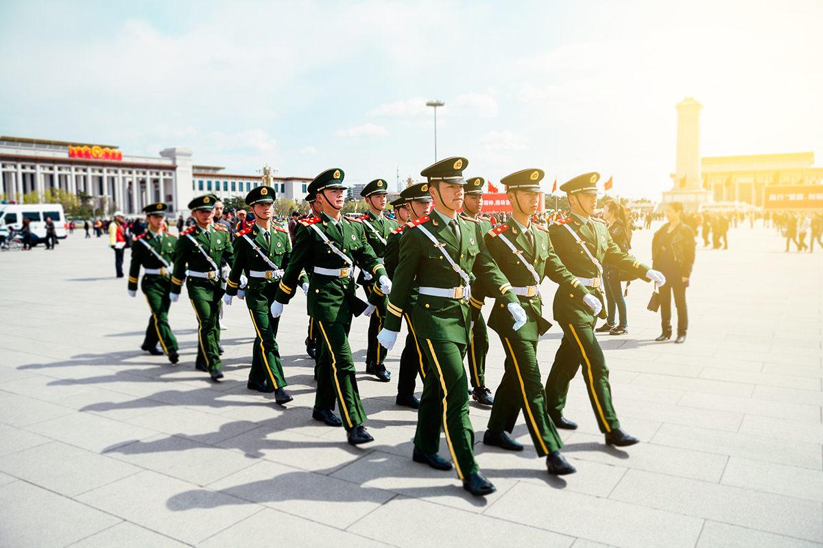 Военные в парадной форме на площади Тяньаньмень