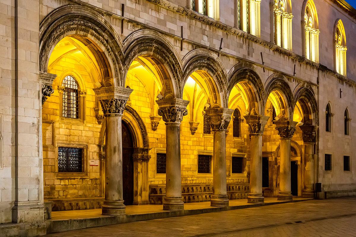Княжев двор, колонны и экстерьер, Дубровник