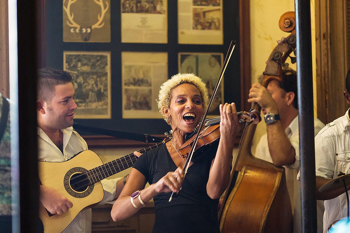 Кубинские мотивы живой музыки в баре