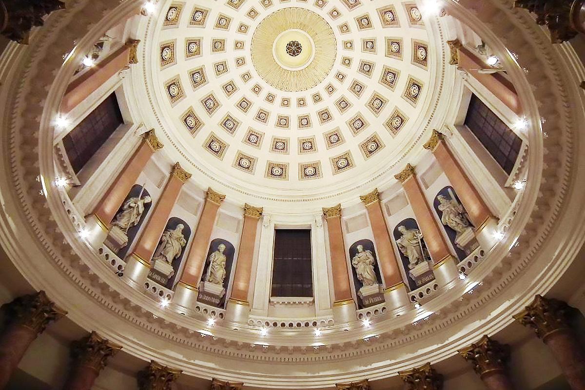 Скульптуры евангелистов под куполом Церкви святой Елизаветы