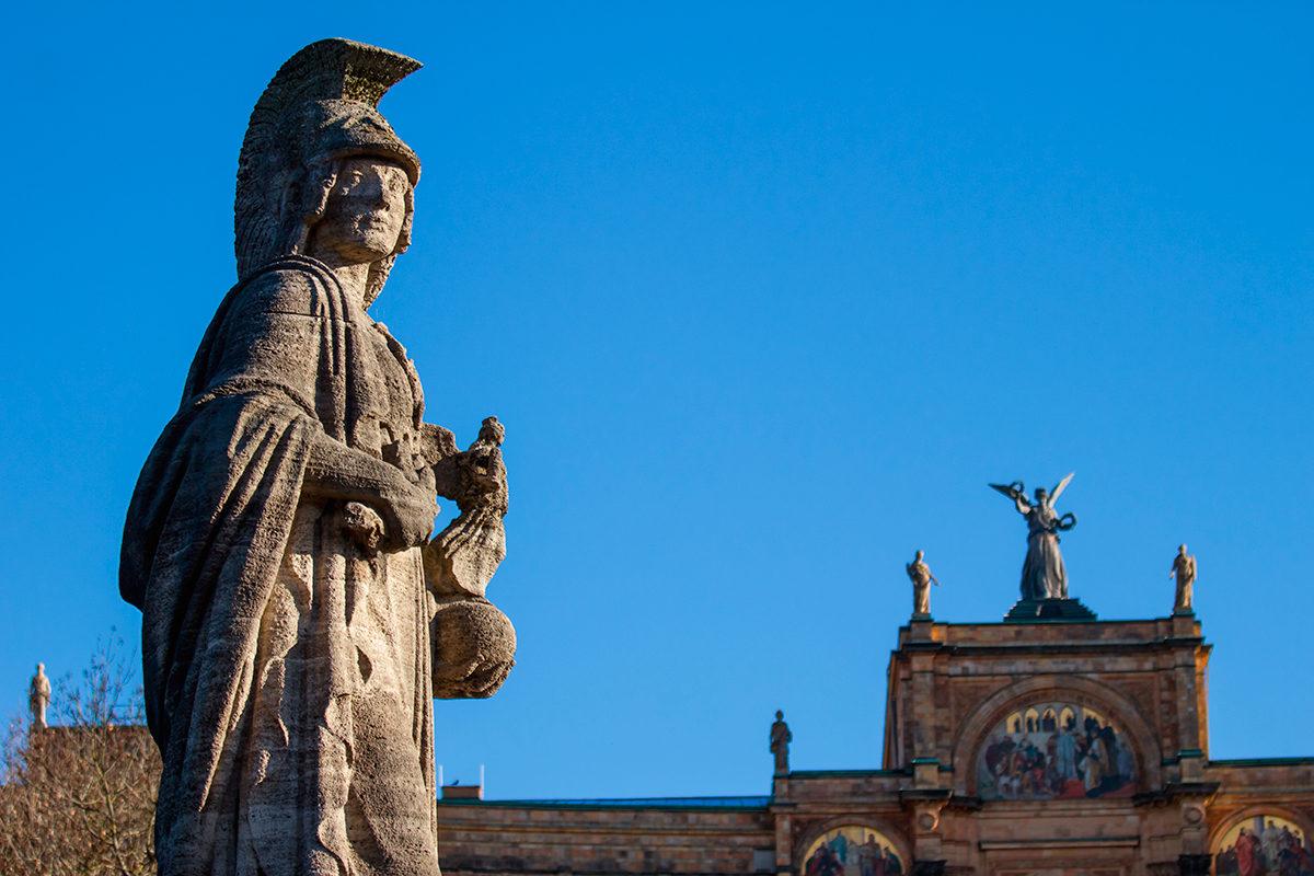 Статуя римлянина перед зданием Максимилианеума, Мюнхен
