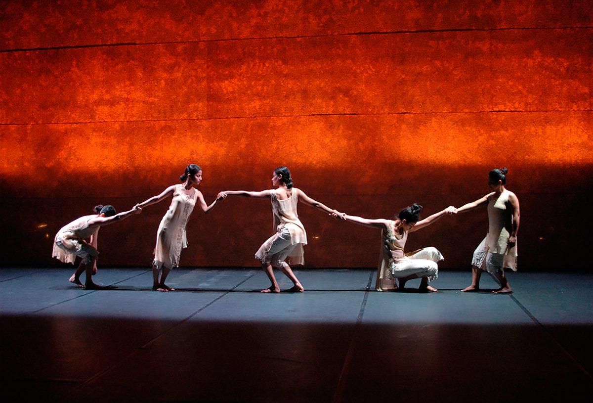Выступление труппы танцоров