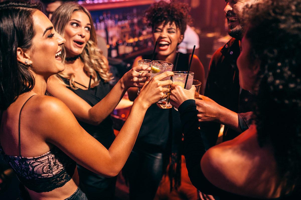 С друзьями в ночном клубе