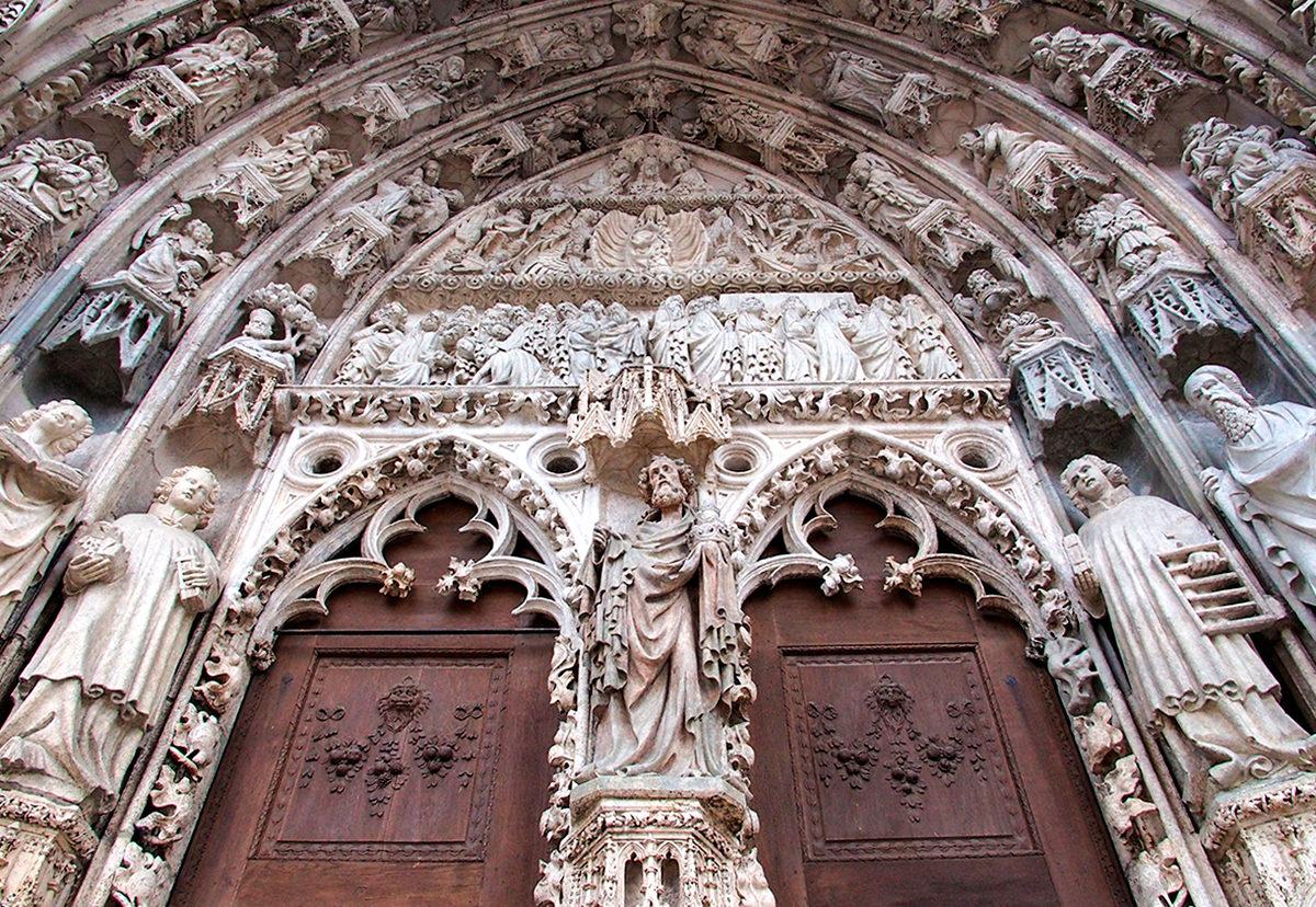 Кафедральный Собор Святого Петра, каменные барельефы