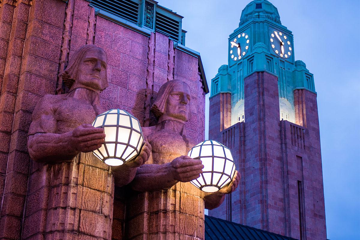 Скульптуры титанов на фасаде Центрального вокзала