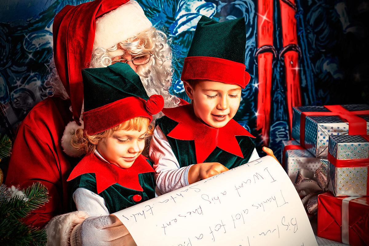 Санта с помощника изучают письма детей