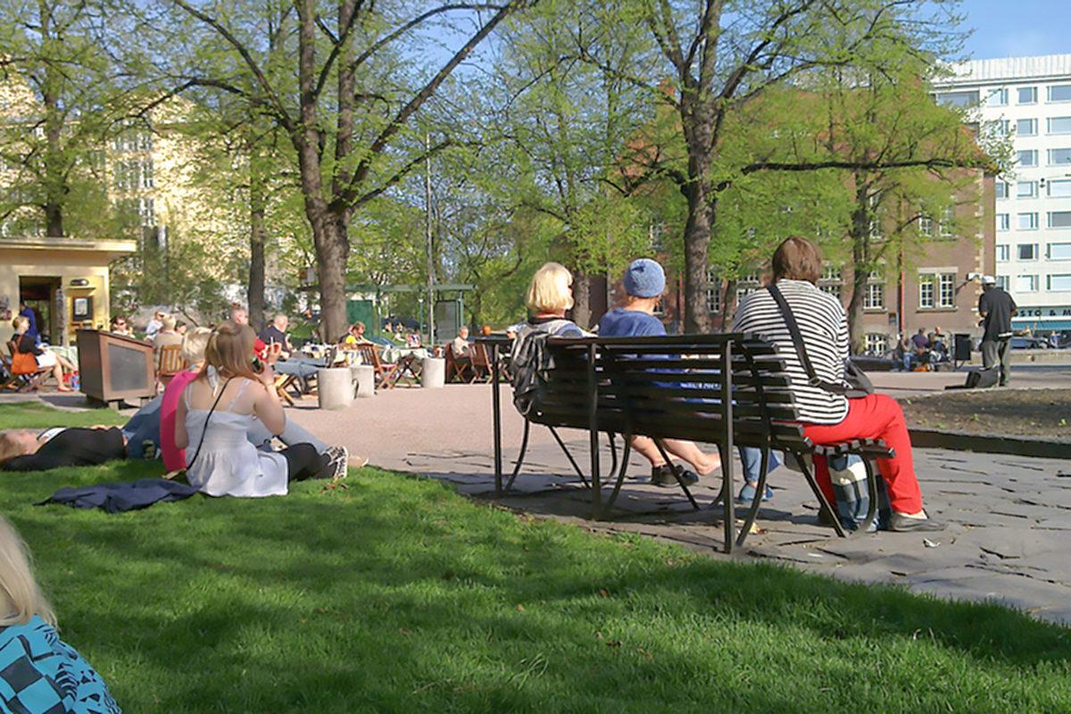Жители и гости города отдыхают в парке Кархупуйсто, Хельсинки