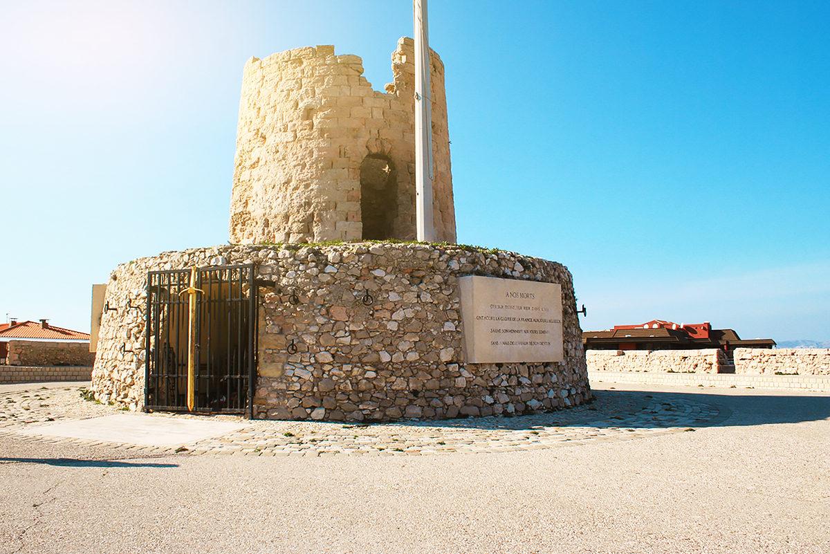 Разрушенная старинная мельница в качестве мемориала жертвам войны