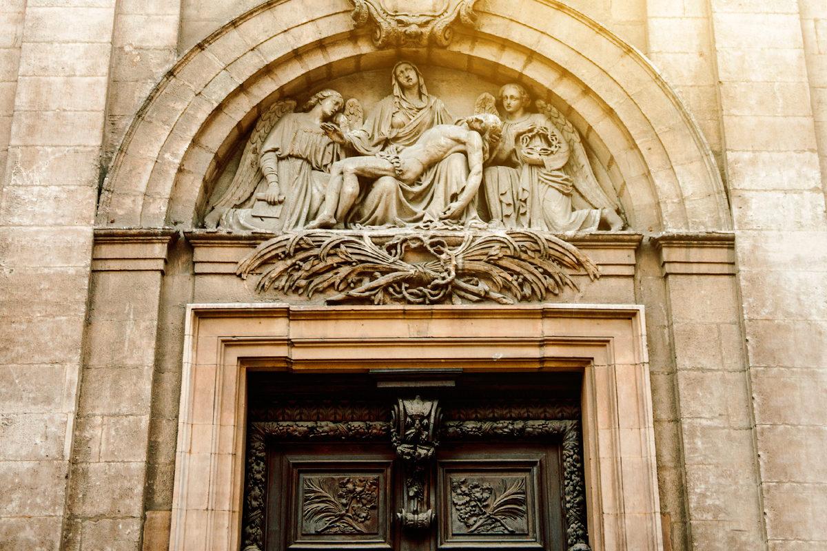 Фреска Божьей матери над входом