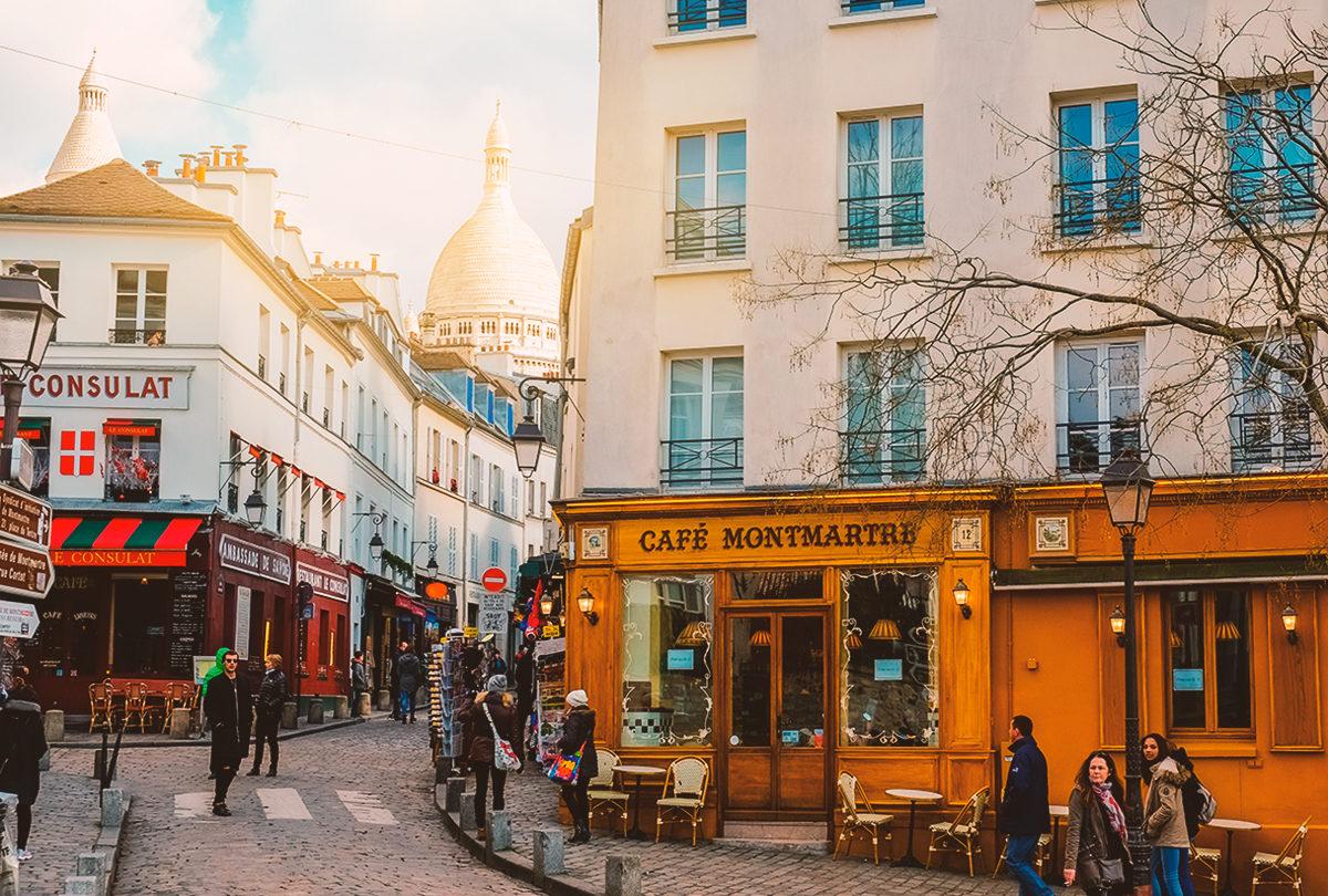 Монмартр с кафе на углу, Париж