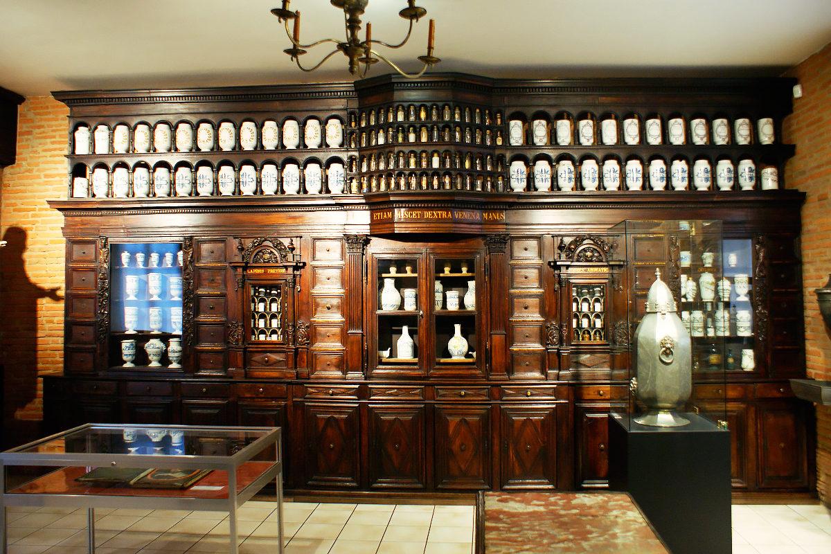 Деревянный шкаф с волшебными баночками