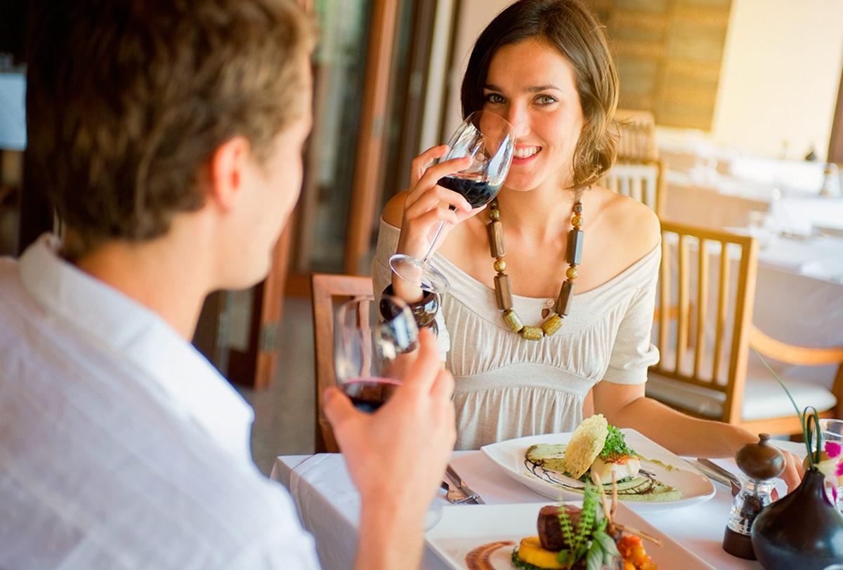 Отдохнуть за бокалом вина в приятной компании