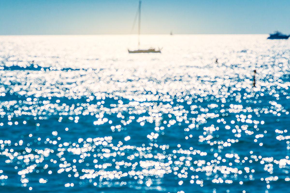 Воды залива в солнечном свете