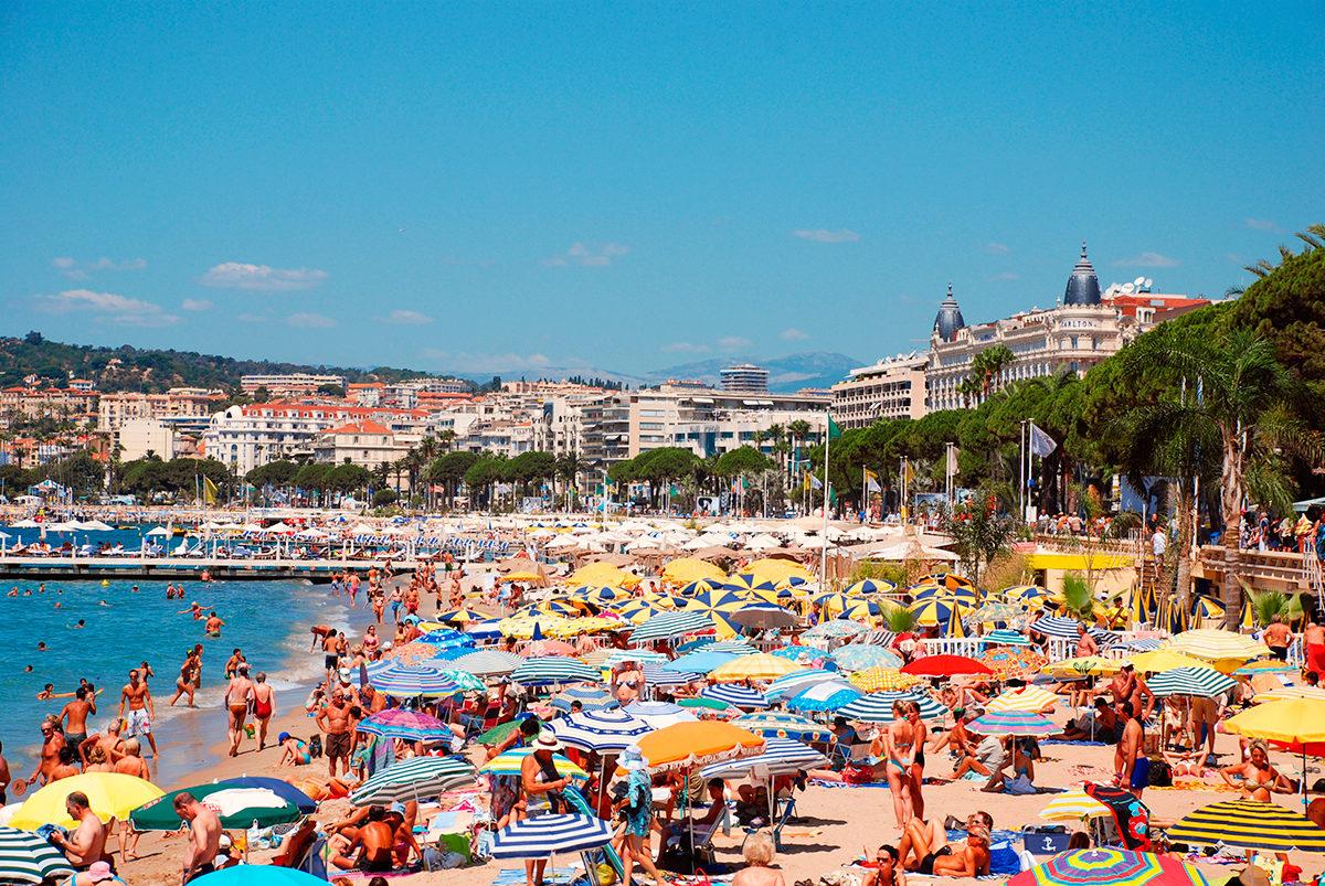 На пляже в Каннах, Франция