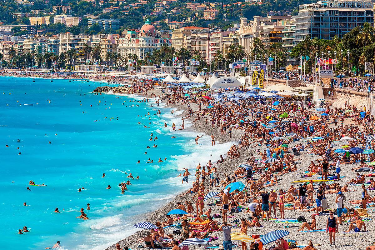 Один из самых посещаемых в Ницце пляжей