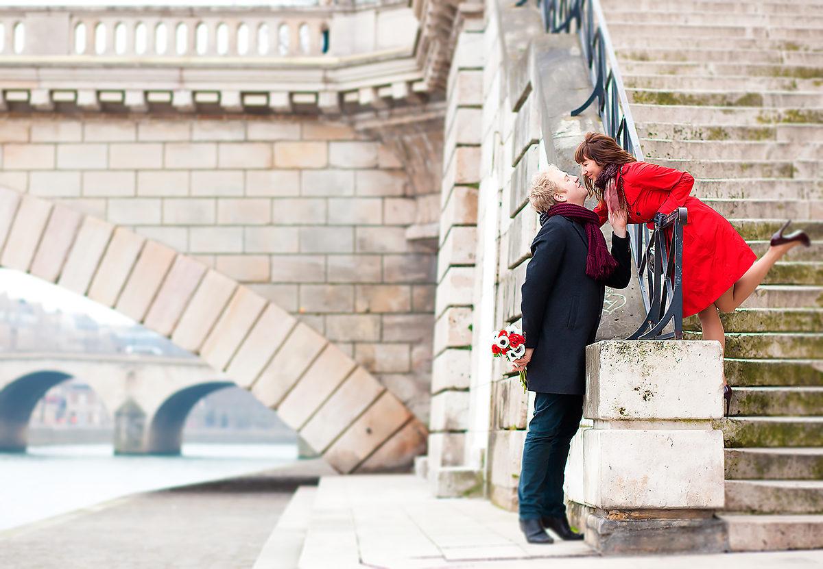 Романтическое свидание на набережной Сены