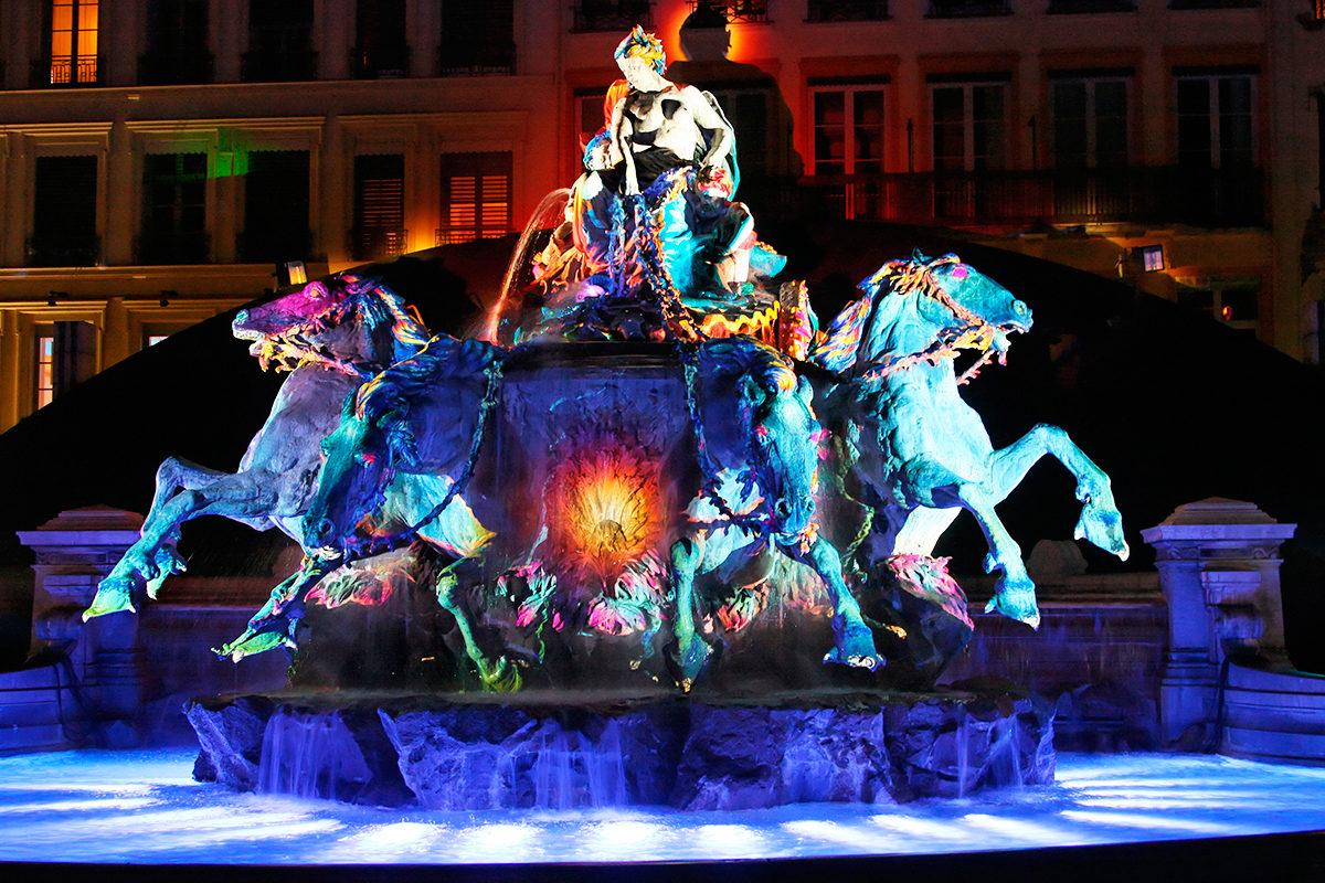 Фонтан Бартольди во время фестиваля света