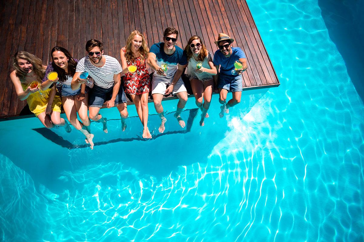 С друзьями у бассейна