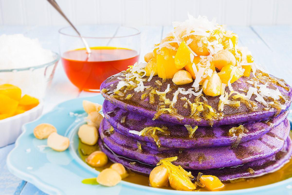 Панкейк из таро с манго, орехами и густым сиропом, Гавайи