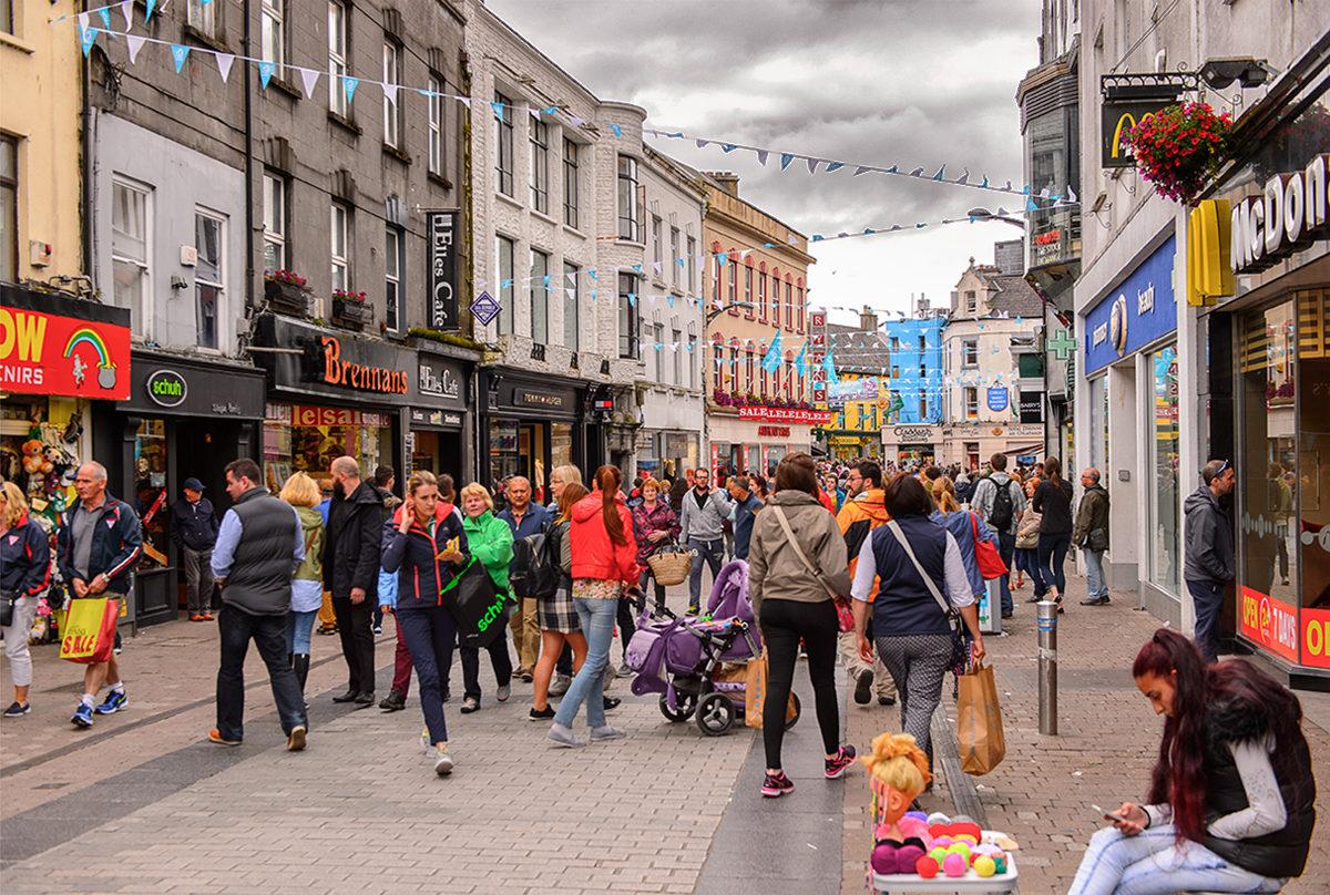 Пешеходная зона с многочисленными магазинами