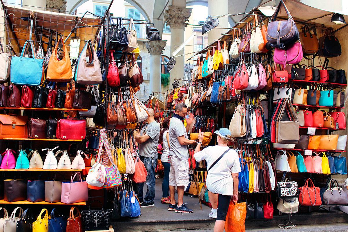 Изделия из кожи на рынке Флоренции