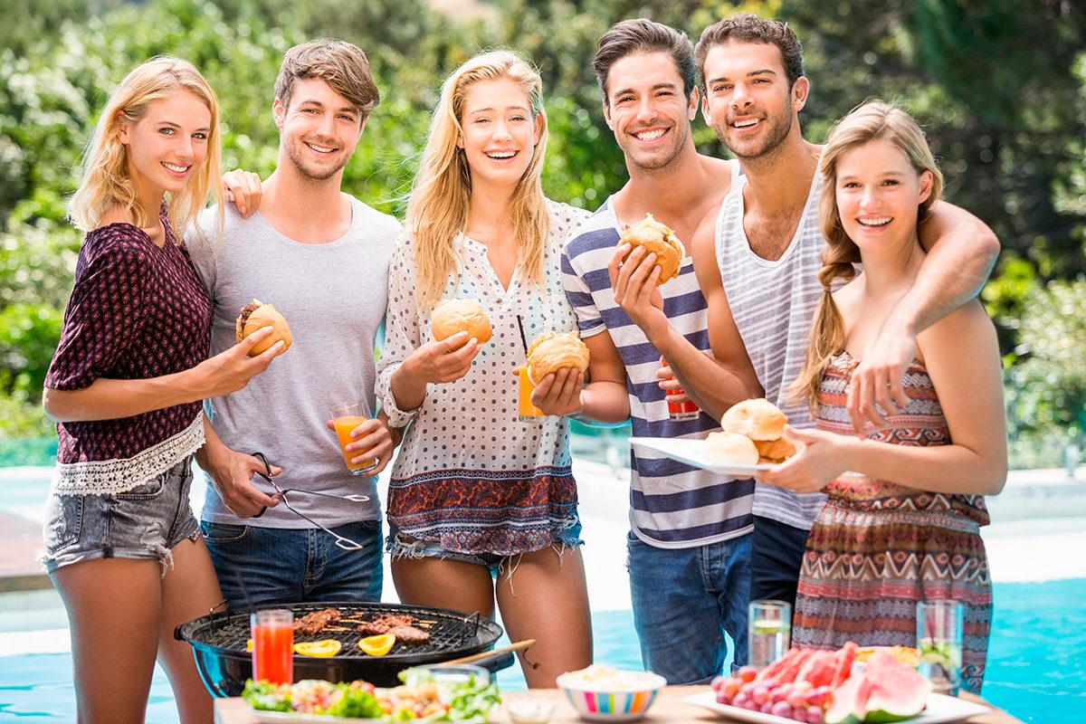 Барбекю с друзьями в саду загородного дома