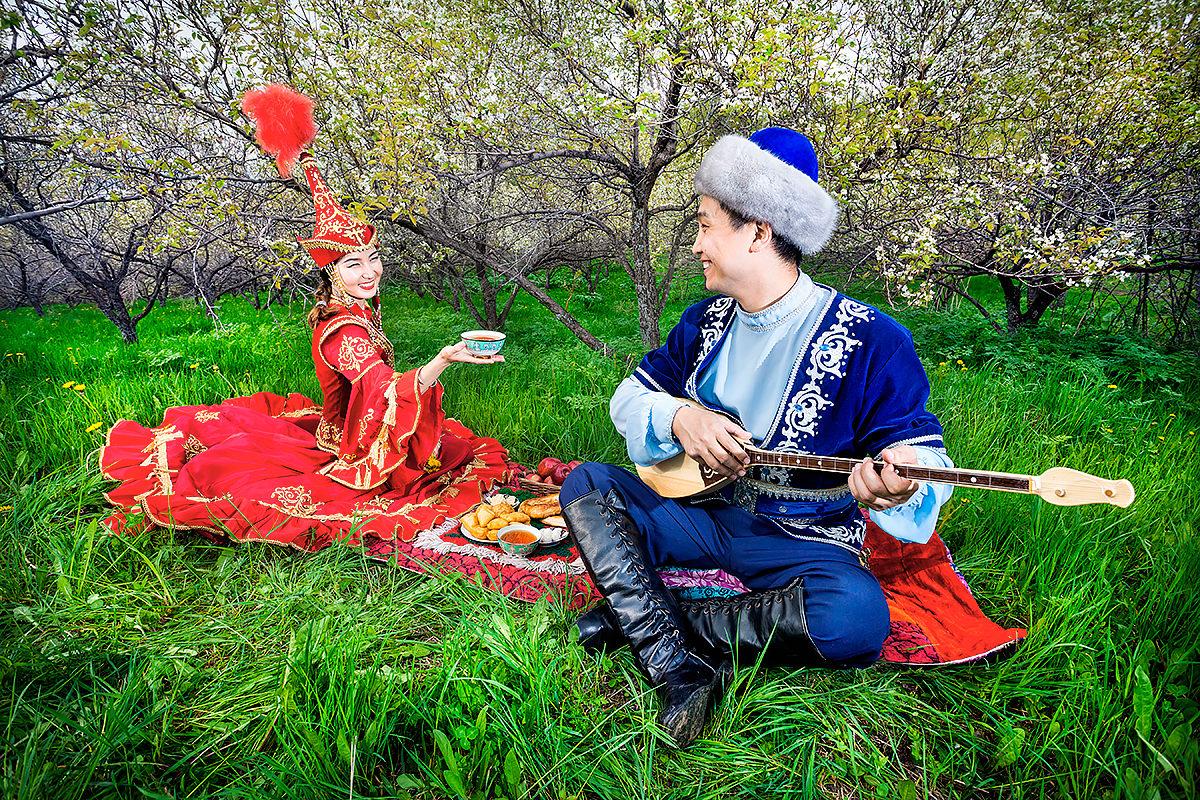 Национальный костюм казахов. Угощения под звуки домбры.