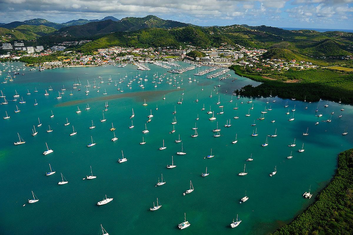 Вид на побережье и яхтенную гавань, о. Мартиника