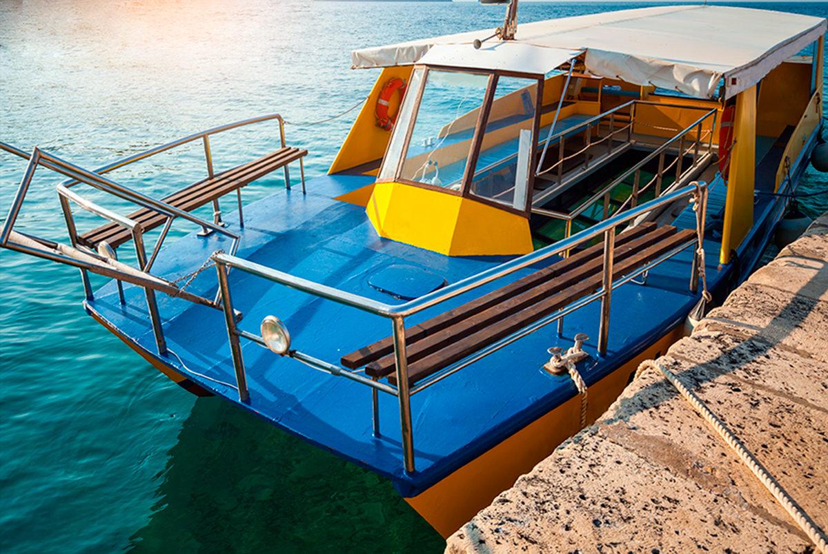 Лодка с прозрачным дном для морских экскурсий