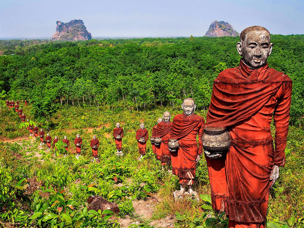 Сотри статуй буддистов, окружающих золотую пагоду, Мьянмар