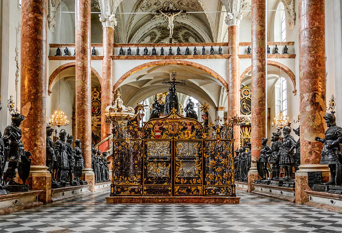 Саркофаг и фигуры в придворной церкви Хофкирхе, Инсбрук