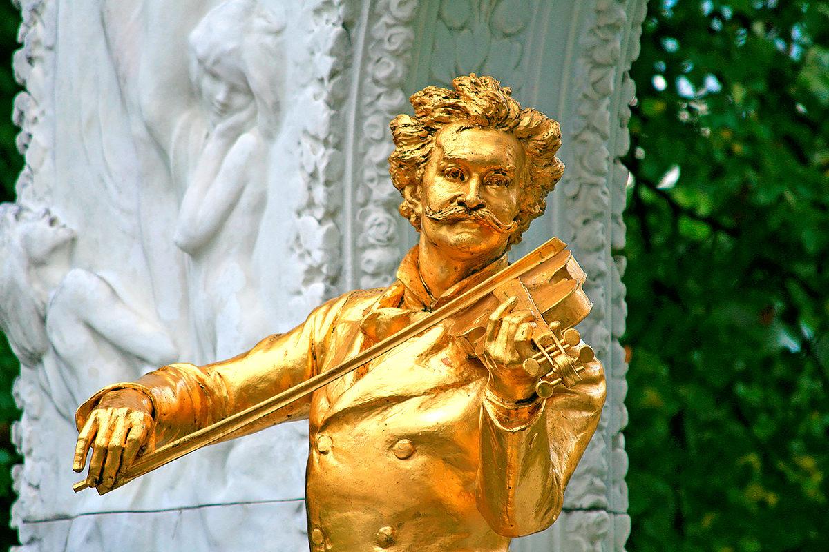 Памятник И.Штрауссу в городском парке Вены