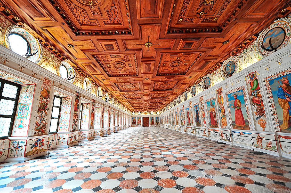 Один из залов замка с 27 портретами тирольских правителей