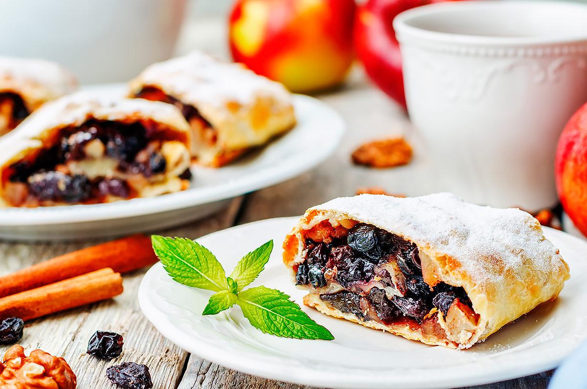 Штрудель с яблоками, изюмом и орехами