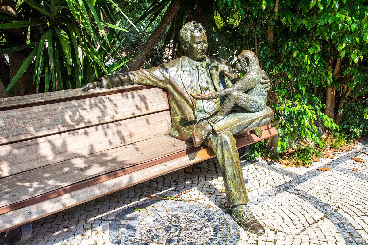 Скульптура на лавочке, зоопарк Лиссабона