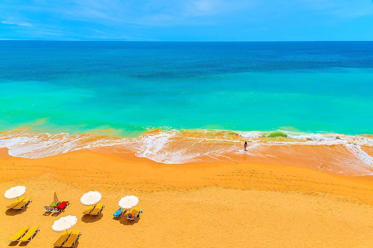 Солнечный пляж Португалии