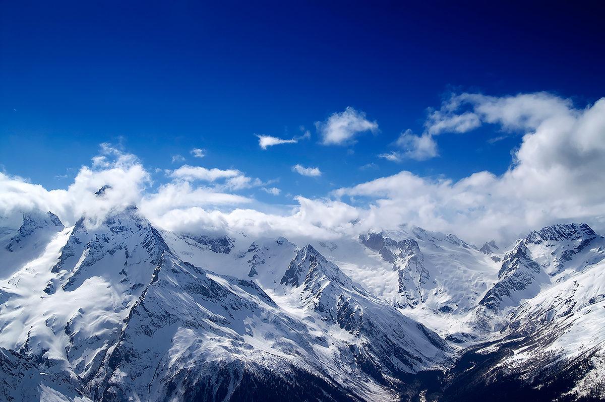 Вид на горы с горнолыжного курорта Домбай