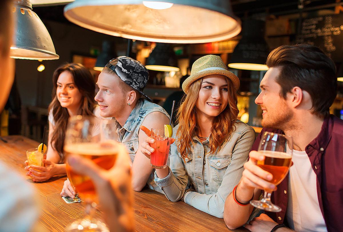С друзьями в баре