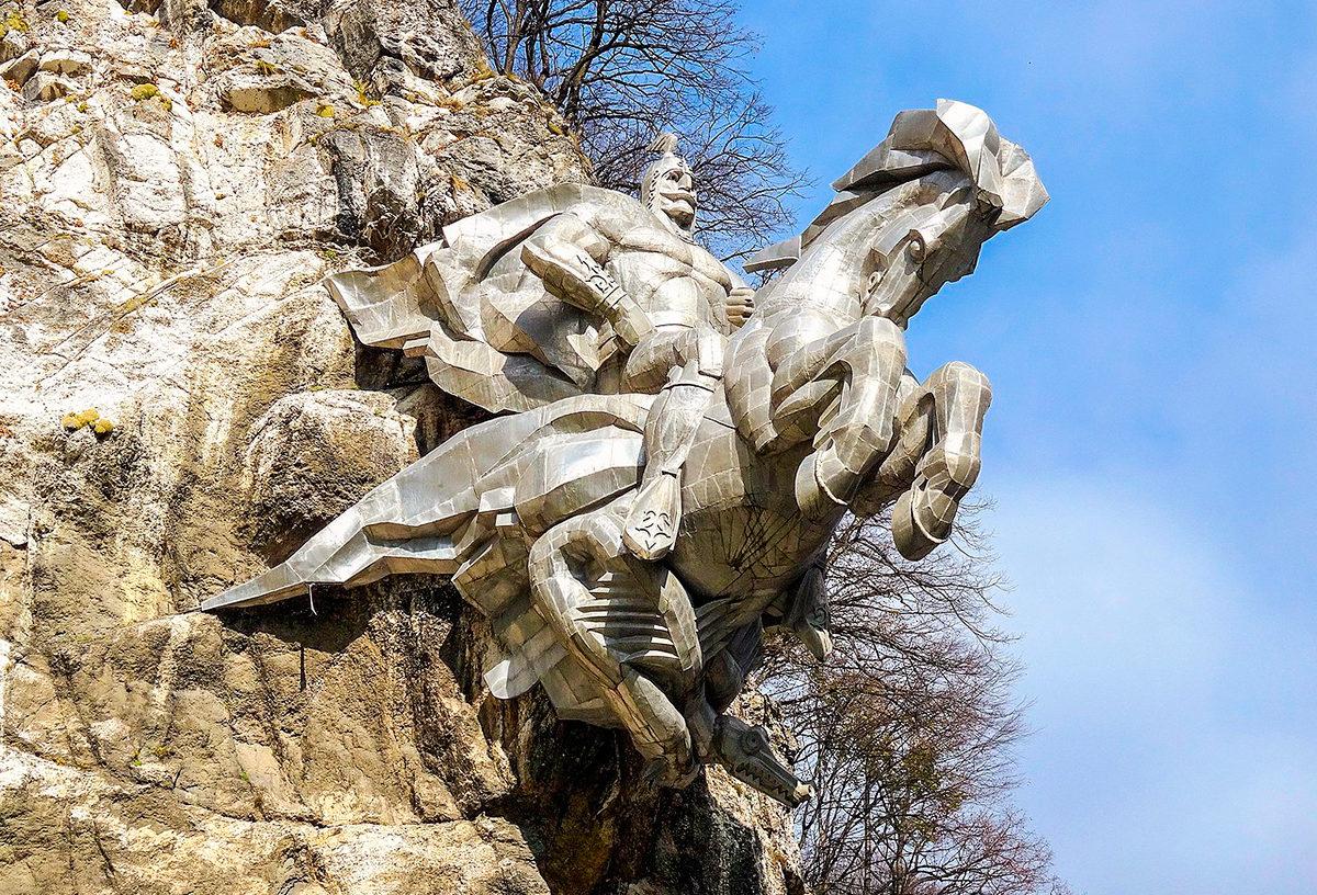 Скульптура Георгия Победоносца, Владикавказ