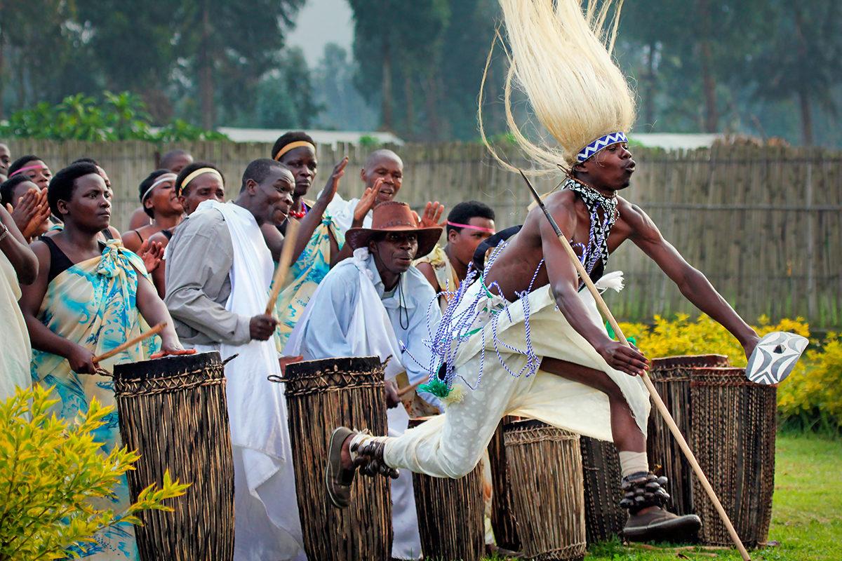 Танец представителя племени Батва, Руанда