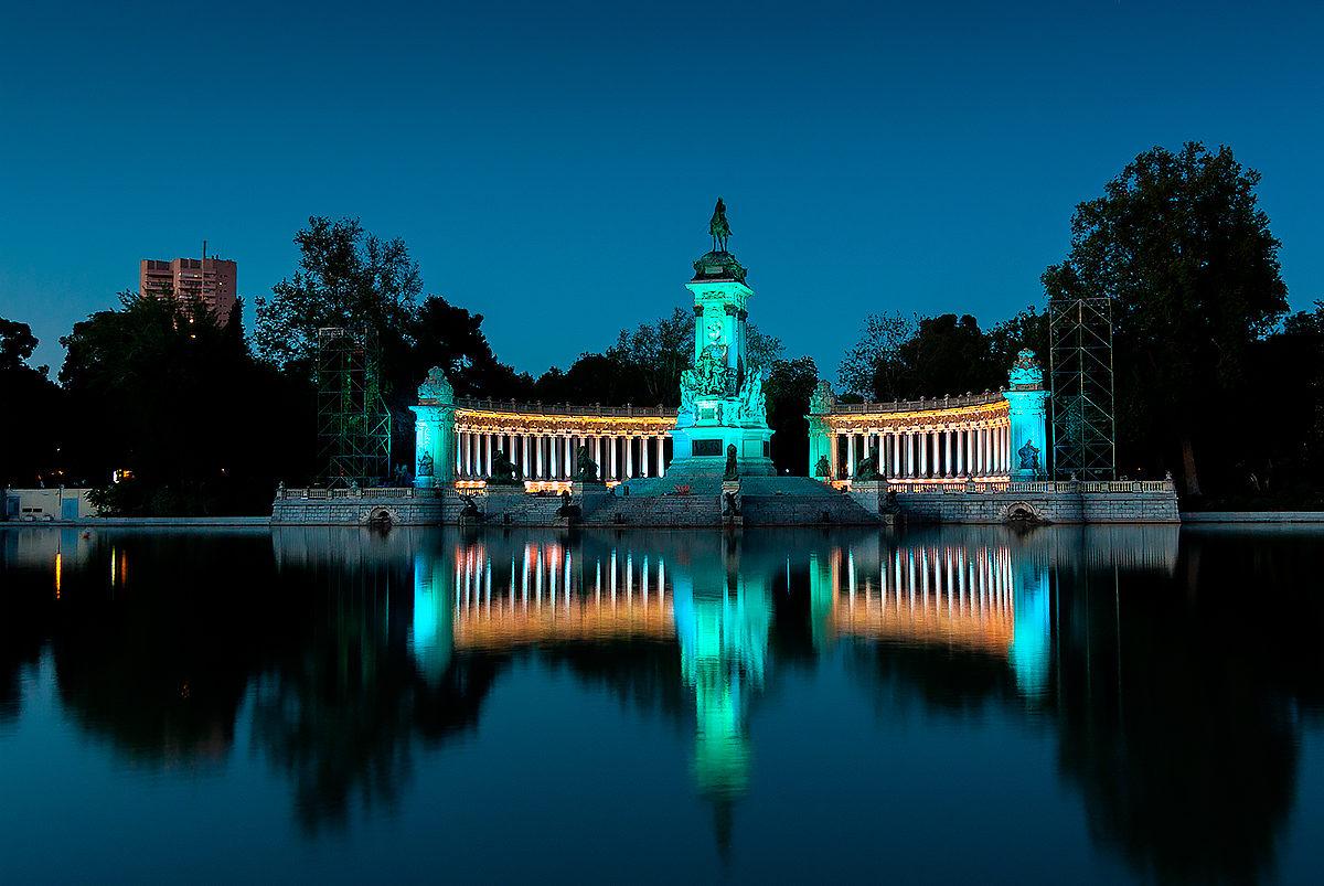 Парк Буэн Ретиро в вечернее время